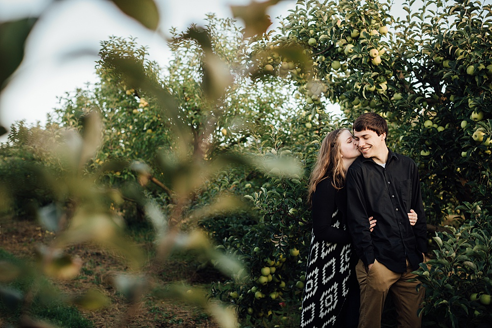 fall_apple_orchard_engagement-photography014.jpg