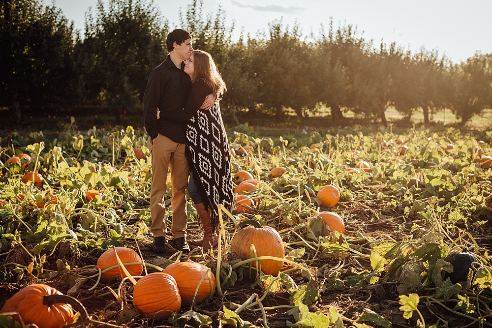 fall_apple_orchard_engagement-photography017.jpg