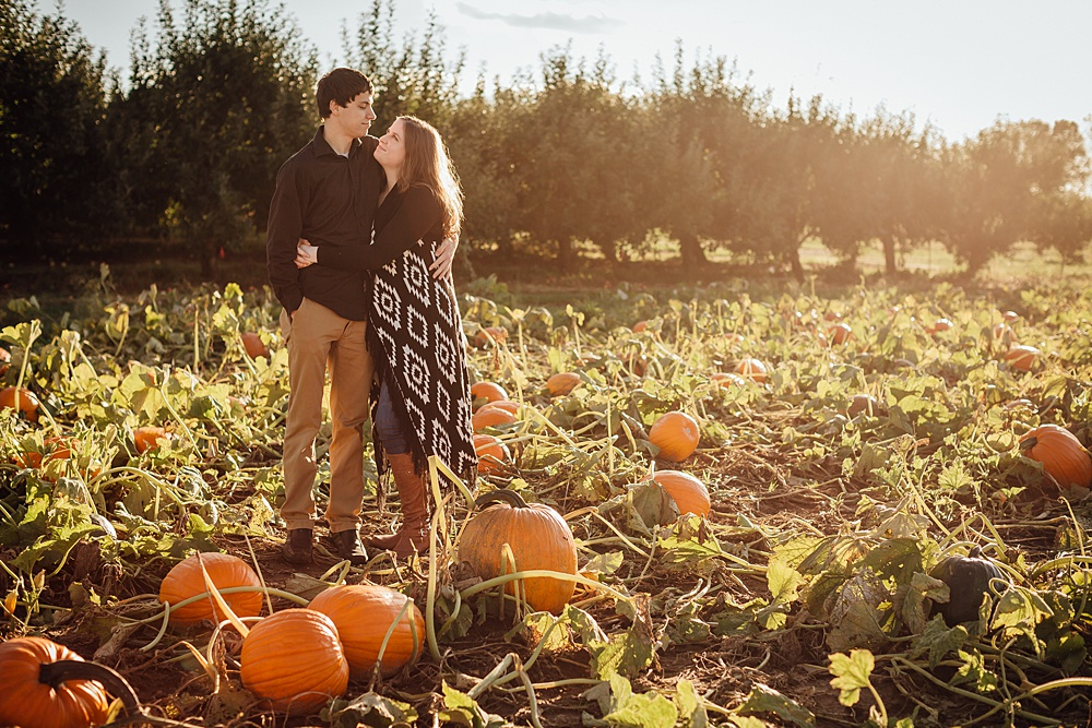 fall_apple_orchard_engagement-photography019.jpg