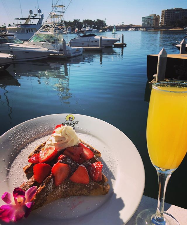 #wheredoyoualoha for Brunch ? Strawberry 🍓 Glazed French Toast a treat for your tastebuds . . . #billysatthebeach #brunch #strawberryfrenchtoast #mimosa #newportbeach #dockanddine #newportbeachfoodie #marinersmile #brunchlife #brunchlover