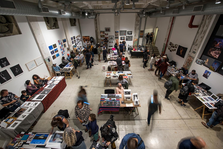 Co-curadora da  Foto Invasão , festival de fotografia com instalações, projeções, exposição coletiva, debates, workshops, venda de prints. | Red Bull Station, São Paulo, 2016 e 2018. Feira de prints, foto de Ignacio Aronovich