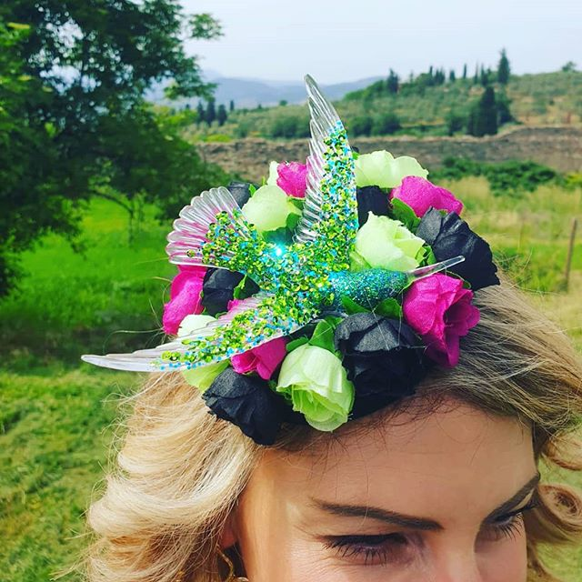 Showcasing my new 'Hummingbird' headpiece in the Tuscan hills 💕🇮🇹🌹 #thehatologist #hatology #victoriawright #stylist #styling #style #fashion #stylistlife #millinery #hats #headpieces #bespoke #tuscany #italy #hummingbird