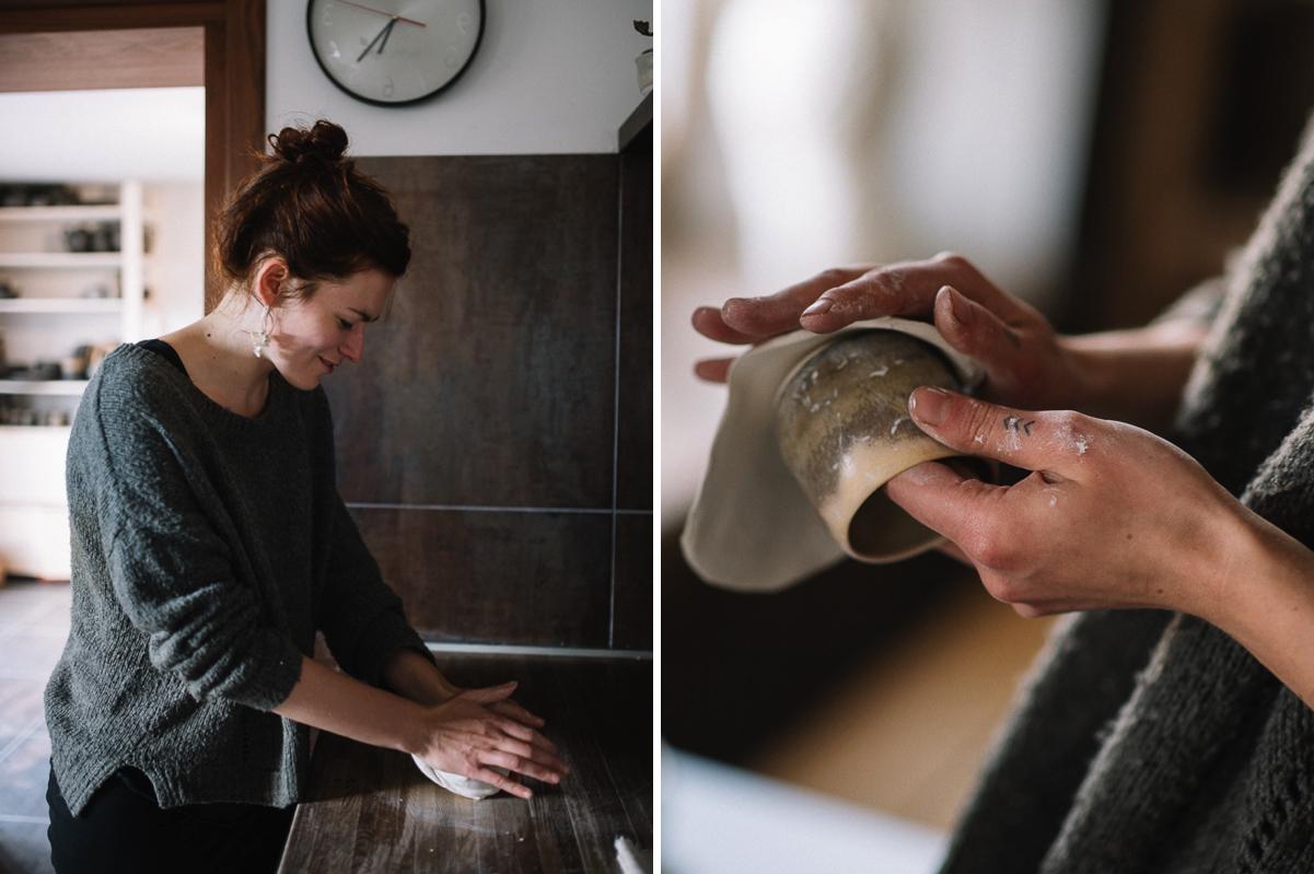 Austeres trauka tapšana. Laima mīca porcelānu un austeres formu veido ar savas mīļākās krūzītes palīdzību.