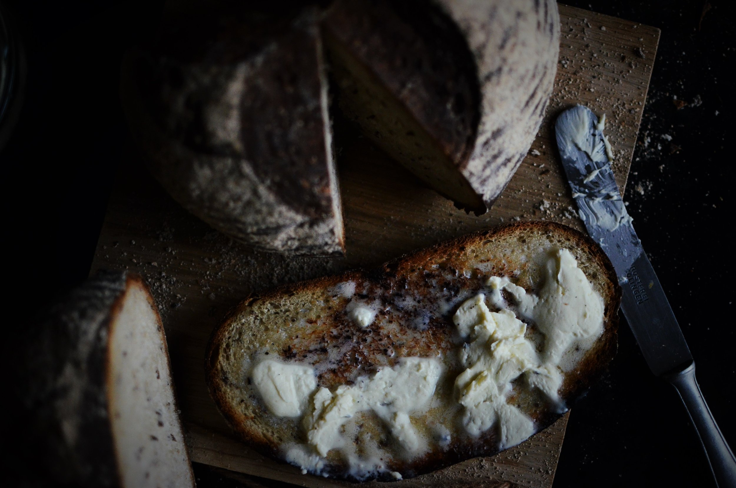 Grauzdētas skābmaizes šķēle, uz kuras biezā kārtā uzziests tikko kults, fermentēts skābā krējuma sviests.