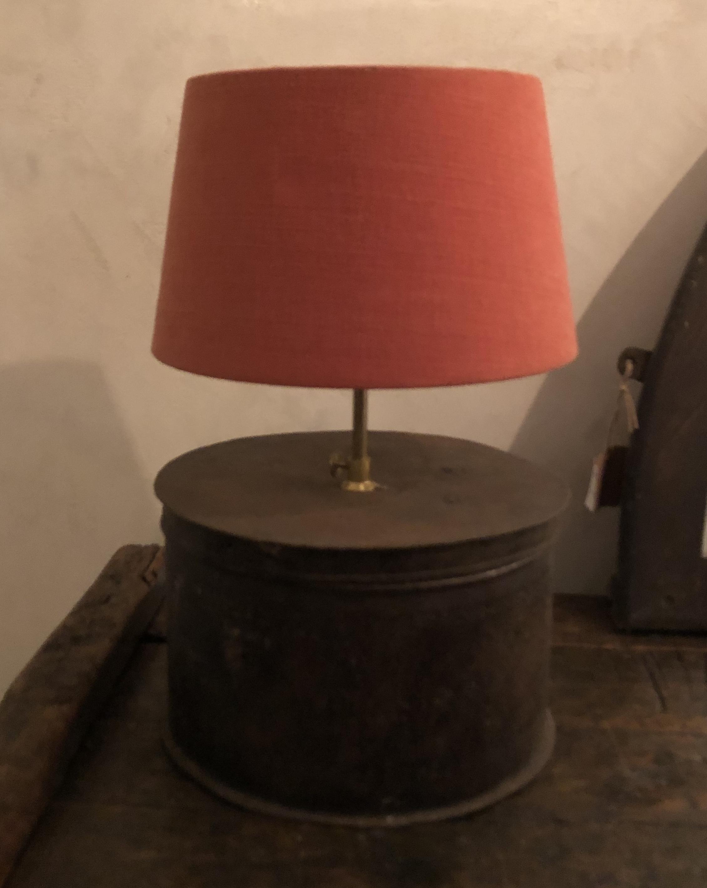 LAMPADA REALIZZATA CON ANTICA SCATOLA IN FERRO