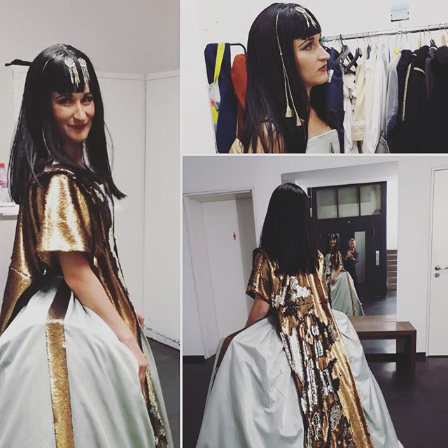 Last night as Cleopatra at Charlottenburg Palace. Thanks to @manoujacob for your fantastic hair and makeup ⭐️ I had so much fun wearing this costume! #minicleopatra #schlosscharlottenburg #konzert #backstage