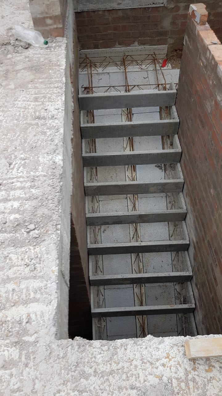 The elements of the Cobute precast system for stairs installed and ready for casting.