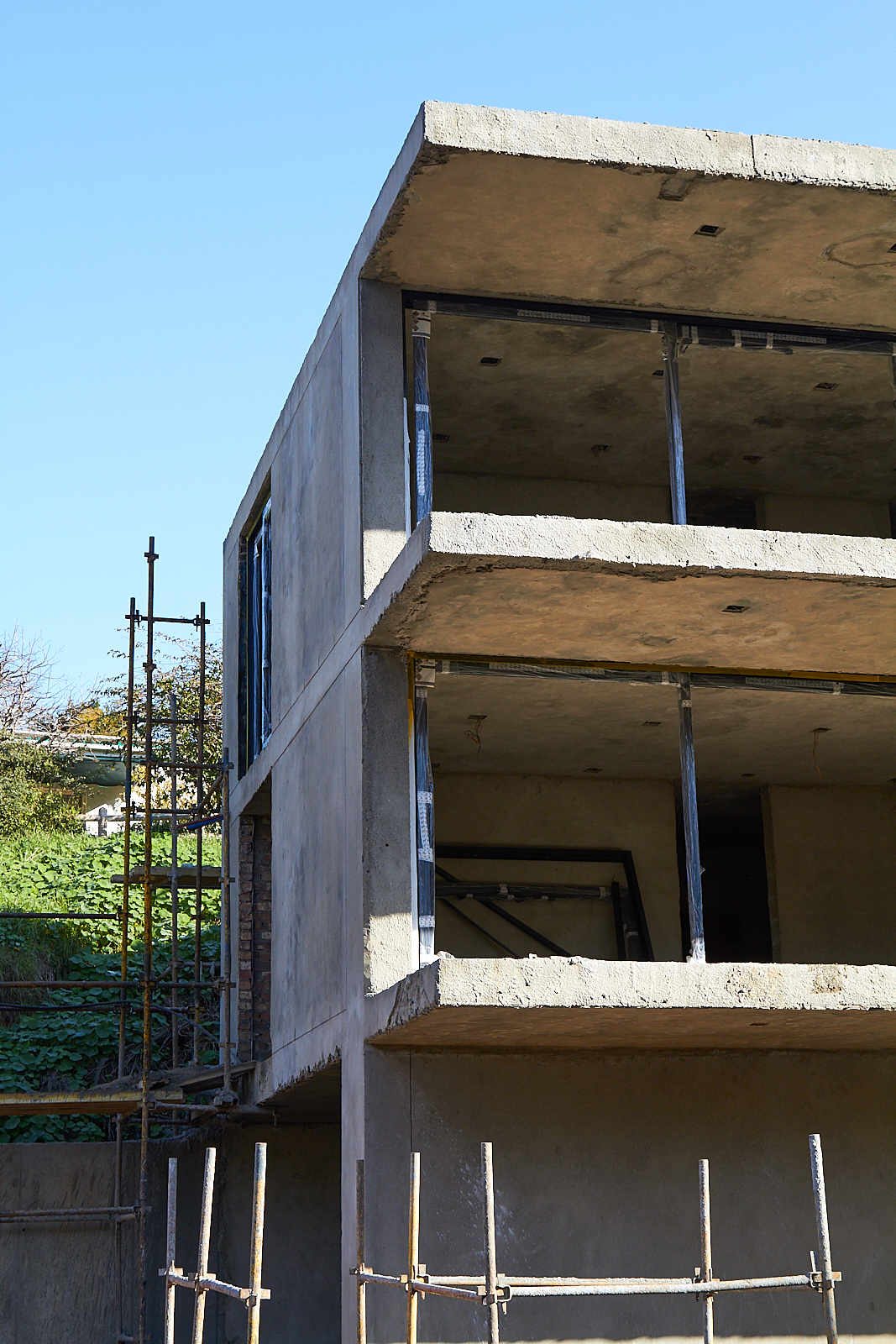 The slab for the  balconies  were 250mm thick to realise  50 mm weather steps  in the precast ribs