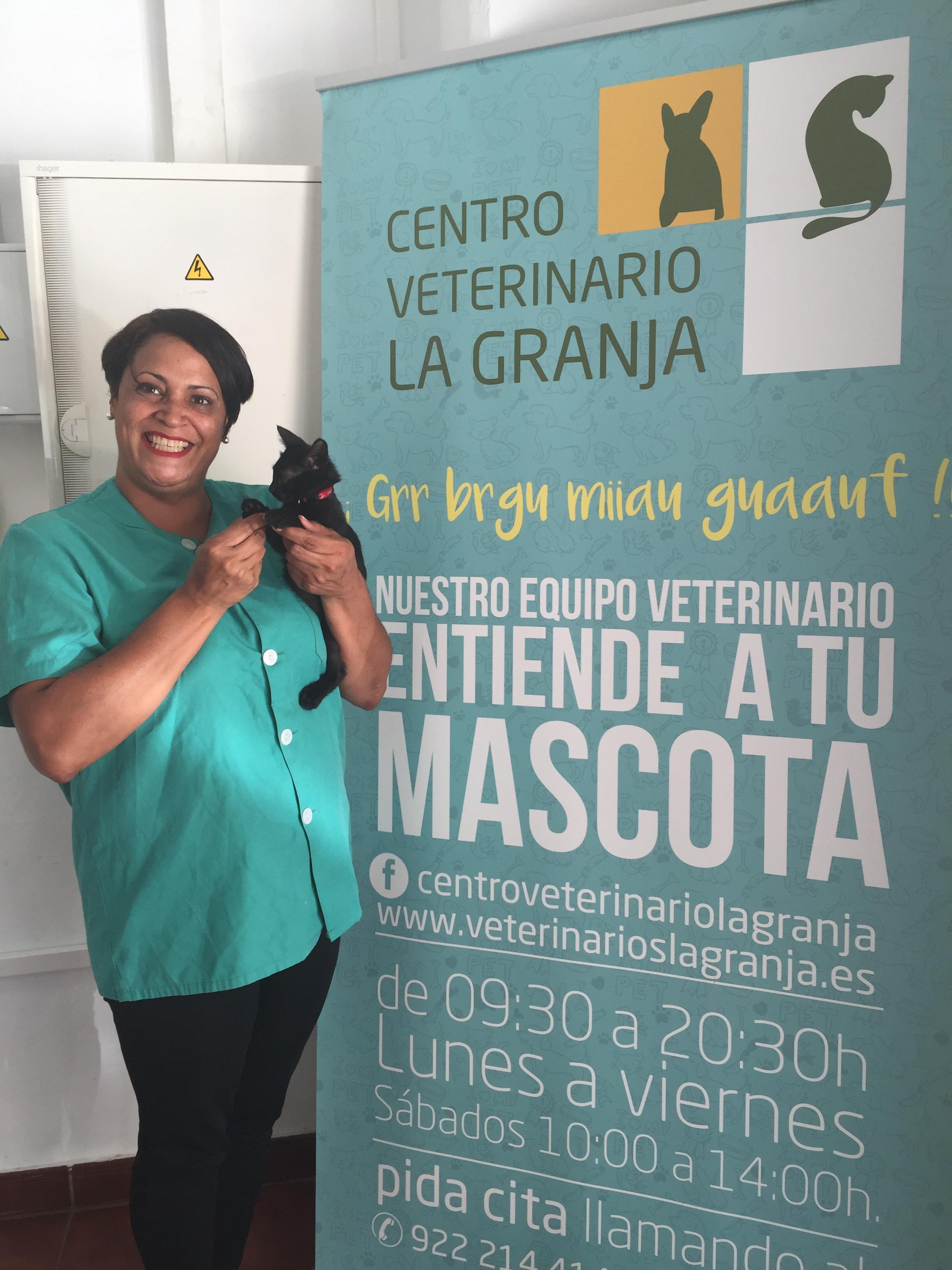 Hoy nuestras felicitaciones van para Alejandra Mendoza, que hizo con nosotros el Curso de Peluquería Canina hace 9 años y desde entonces está trabajando como Peluquera Canina; además completa sus horas de trabajo como Auxiliar de Veterinaria en el Centro Veterinario La Granja.