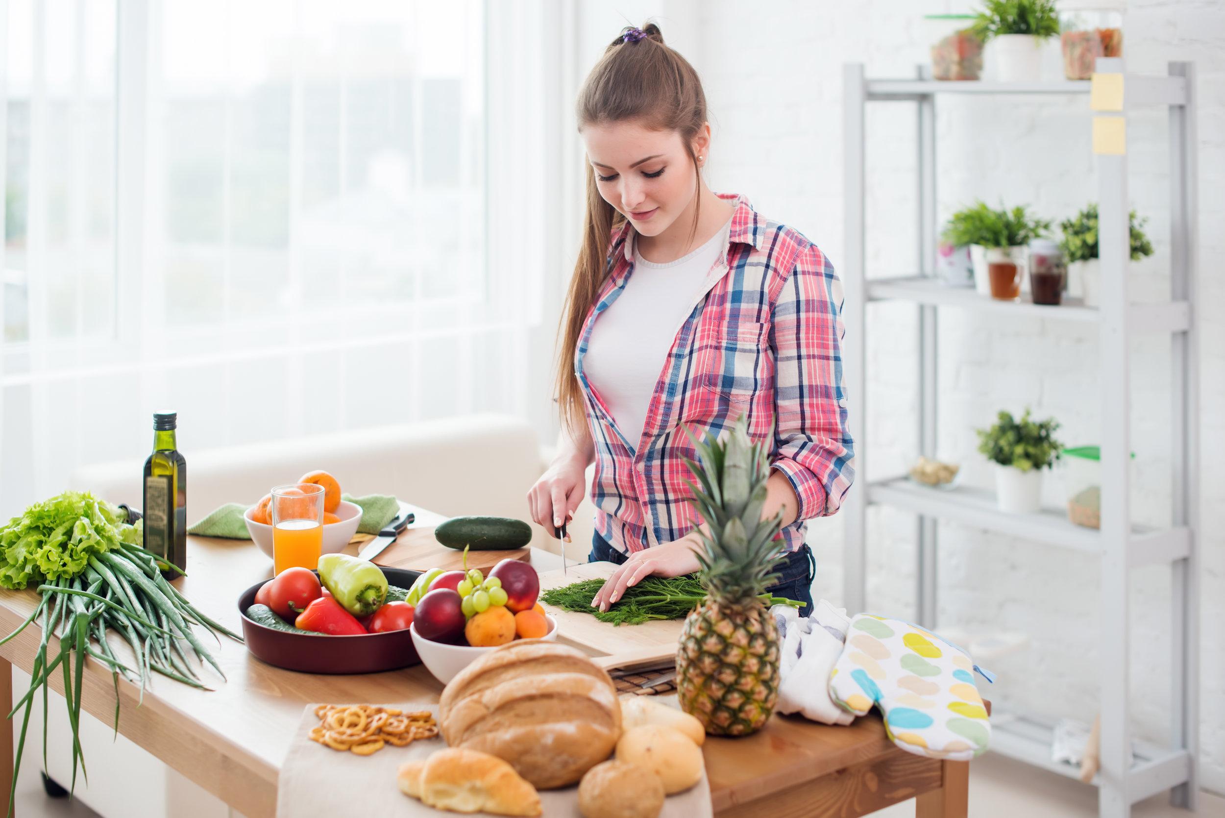 Junge Frau beim Kochen.jpg