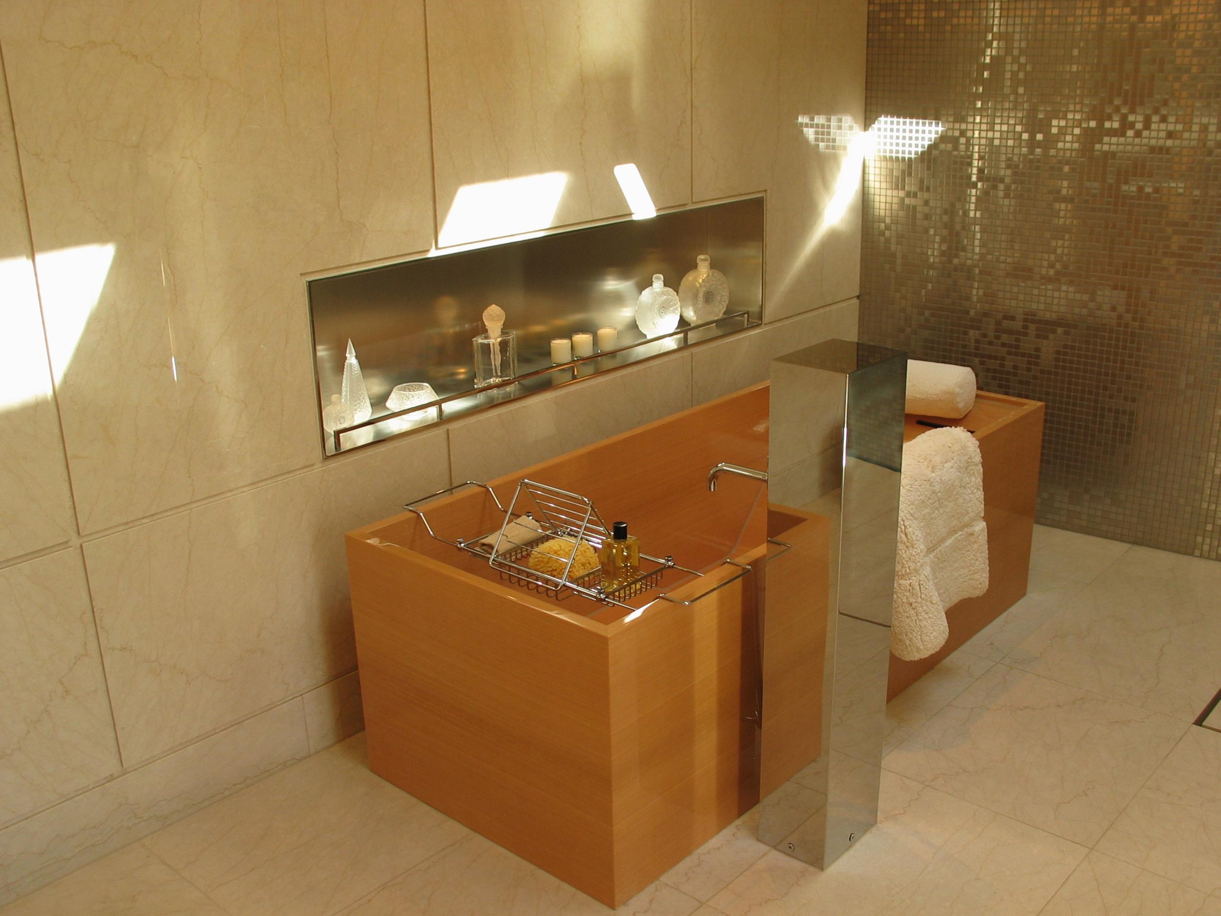 Motor Yacht 1 - Rising Sun - Bathroom Tub.jpg