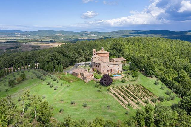 I wish I could tell you where in #toscana this was but it was just a quick stop....and the guy there didn't want me to fly so I don't want to. . . . #fedpv #dronelife #aerialphotography #shotondji #dji #djimavicpro2 #mavicpro2 #travelphotography #italy #igfromabove #eatpraylove #drone