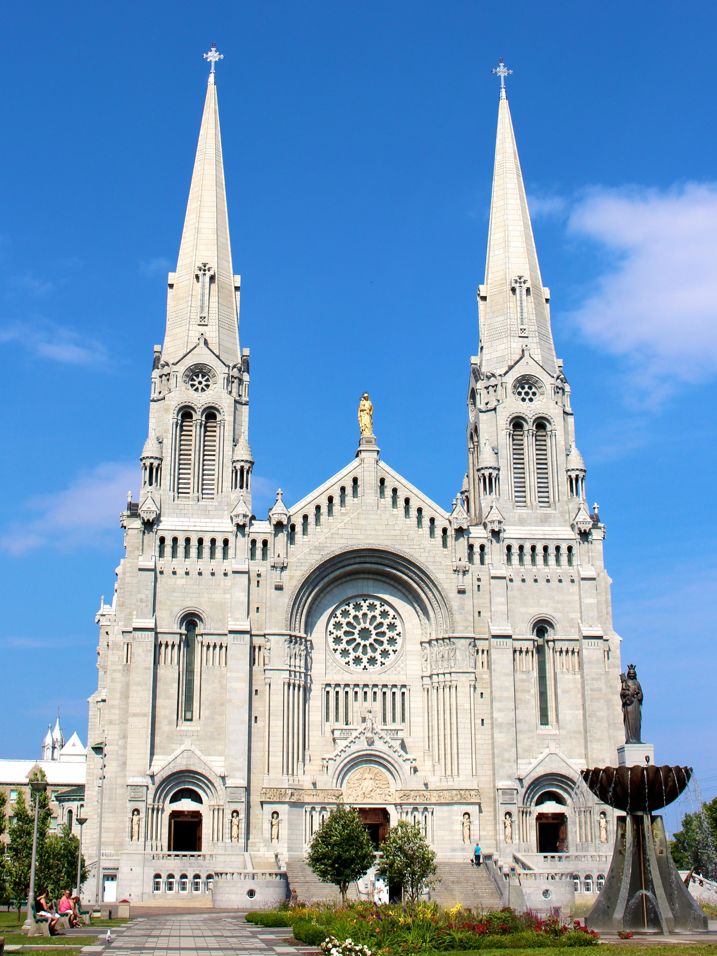 Basilica_of_Sainte-Anne-de-Beaupre_in_Sainte-Anne-de-Beaupre,_Quebec,_Canada.jpg