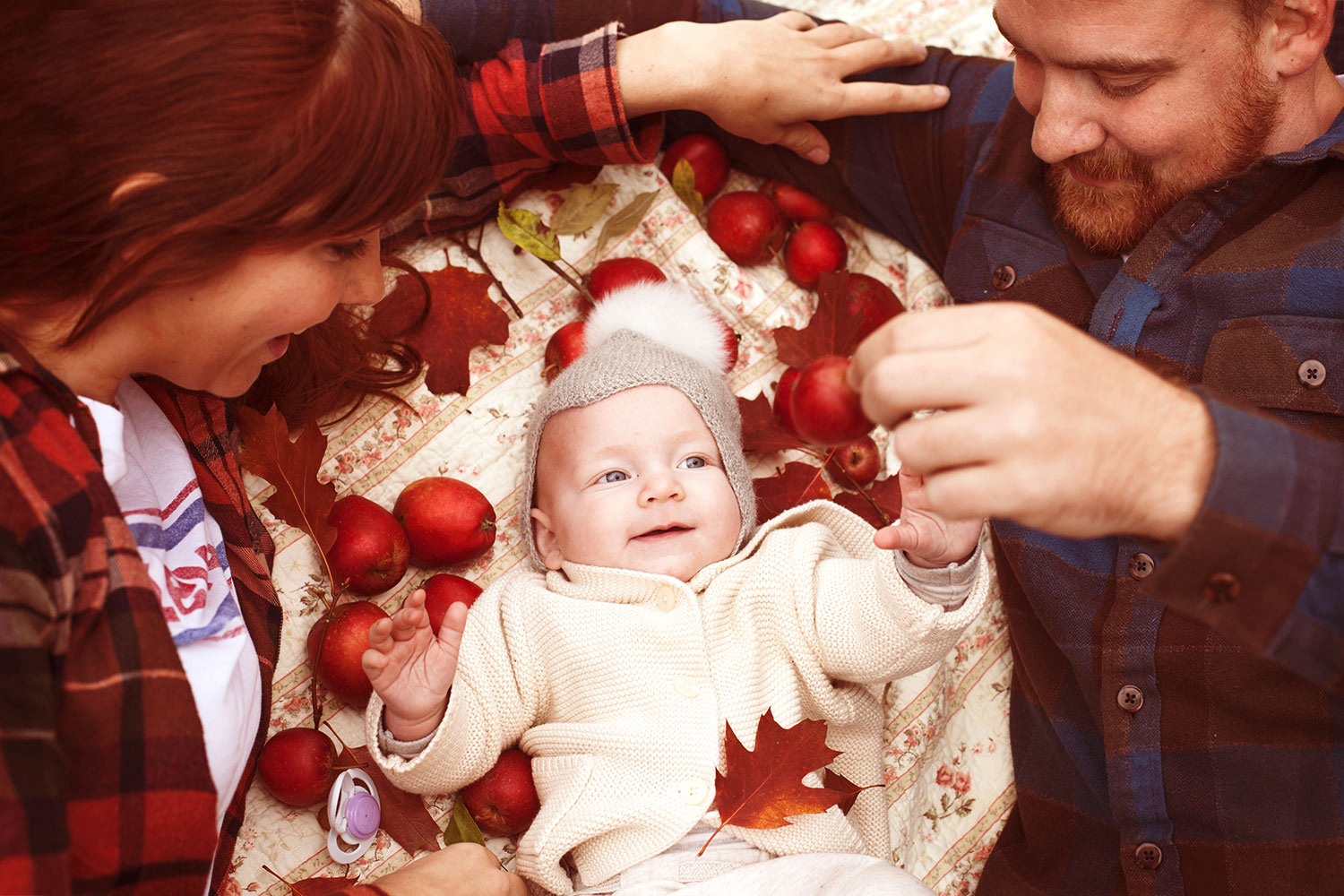 picture-of-baby-and-parents-with-apples-in-autumn