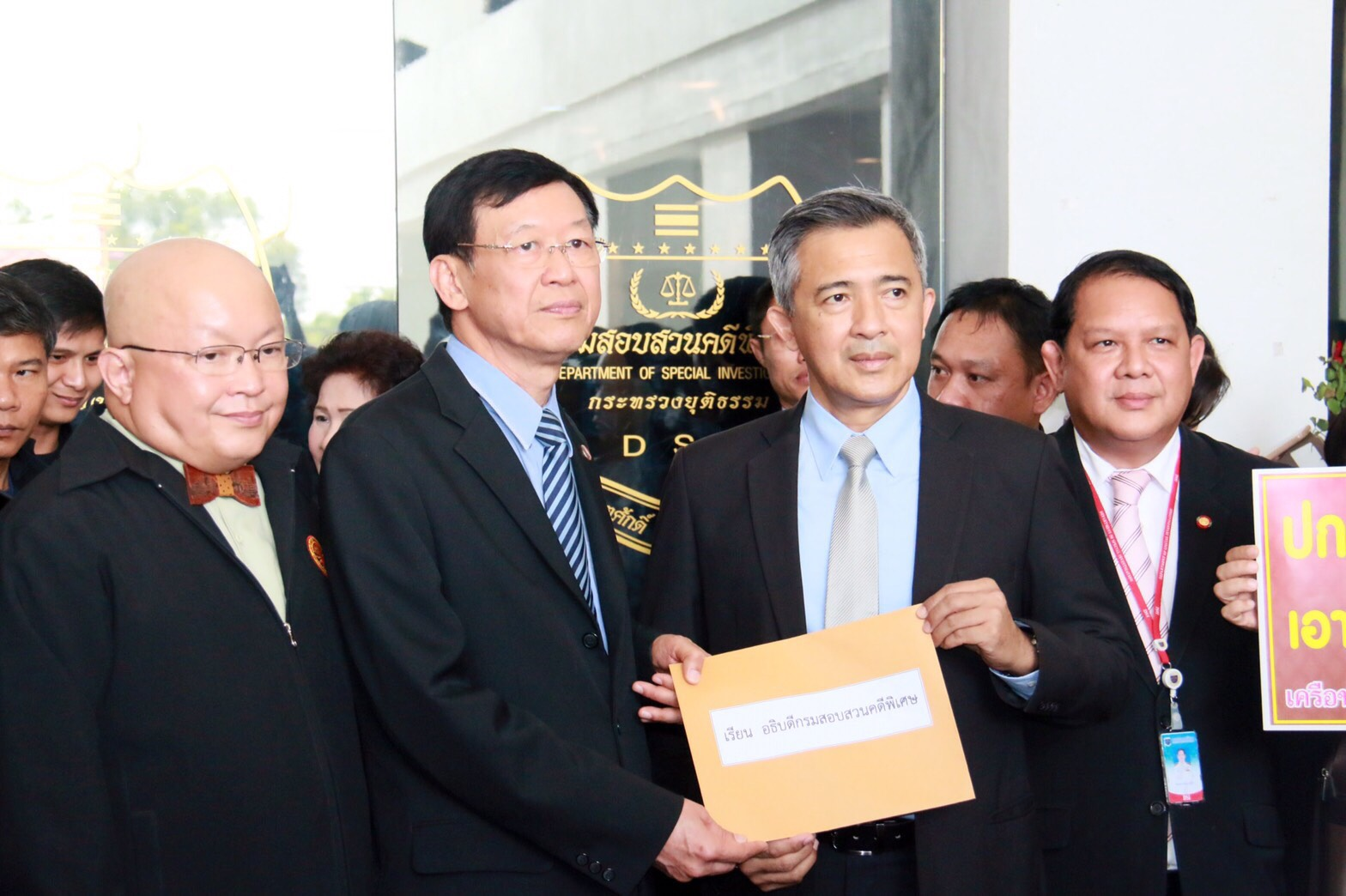 From left: Dr Mano Laohavanich and Mr Paiboon Nititawan, representing KCUC members, handing the open letter to DSI's Chief Pol Colonel Paisit Wongmuang.