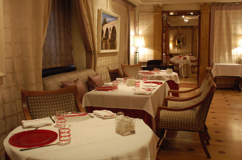 tableware-glass-handmade-red-vivendo-restaurant.JPG