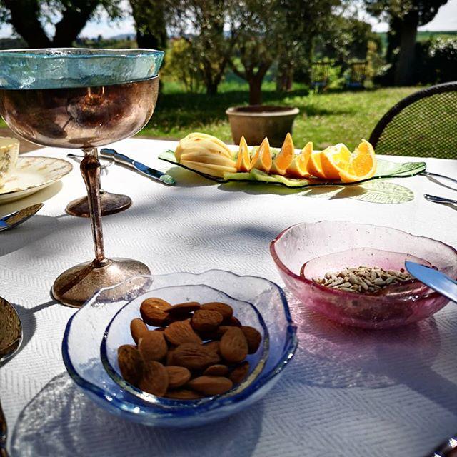 Colazione in Toscana🌿 Breakfast in Tuscany. Mise en place studiosilice😍 #studiosilice #luxurytablewere #tuscany#valdorcia #luxurybreakfast #glassnature #vitabella #bellitalia #madeinitaly