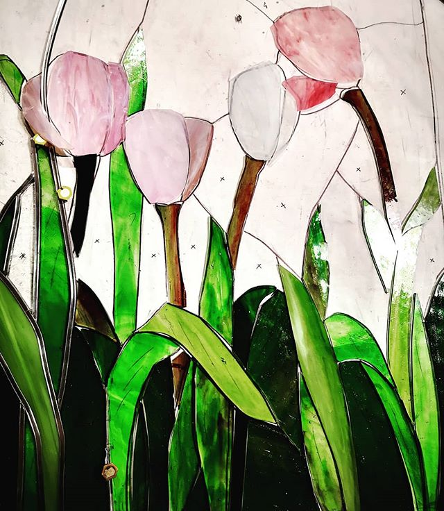 Finestre in fiore  tutto l anno per una casa di campagns! ☺️ Tulipani rosa. Vetrata in corso Windows for country house Pink tulips stained glass. Work in  progress @studiosilice . #vetrateartistiche #windowstainedglass#countryhousestyle #countryhousedecor #homedecor #interiordesigns #windows