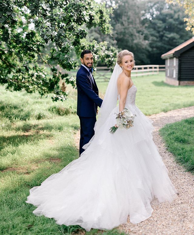 What a lovely way to start the new month! Sweet memories of this pair who celebrate their anniversary today - I've covered a lot of amazing weddings in Asia but always love an English barn wedding ✨🥰
