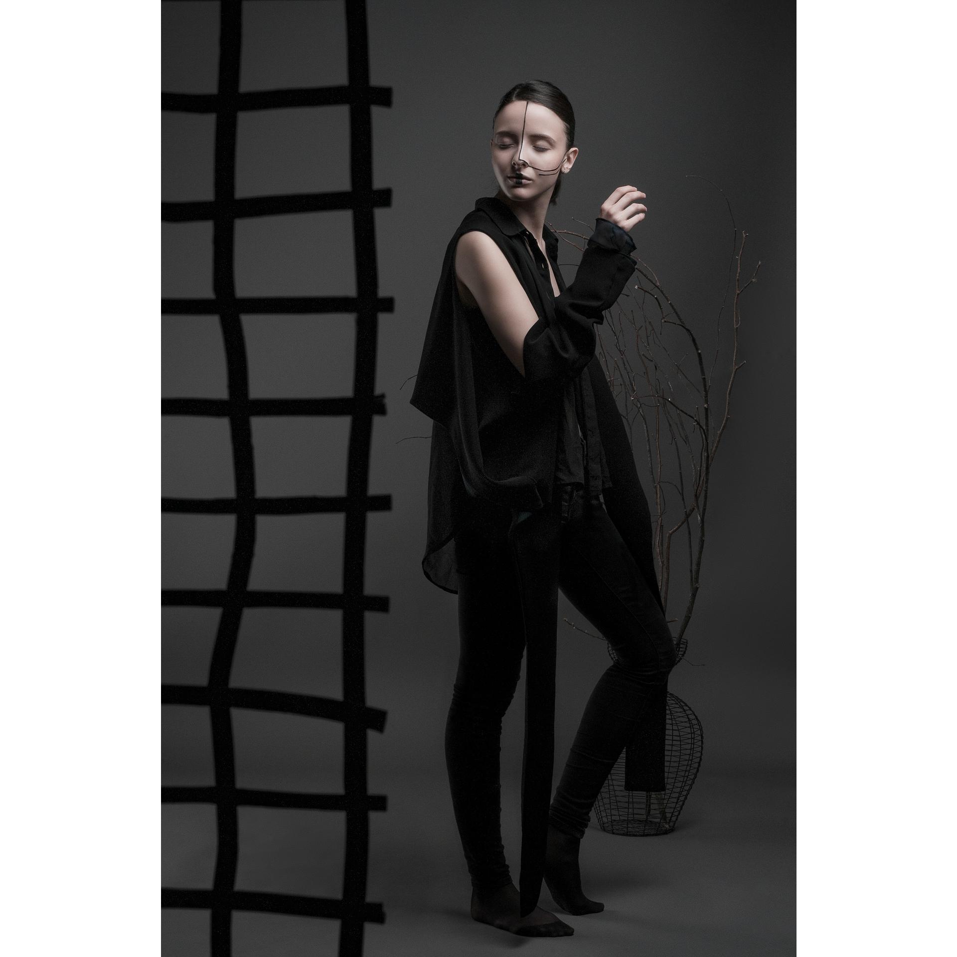 Top :  Aurélie Trivi    Model :  Anne-Claire Dufour  Muah :  Bérénice Lecouat