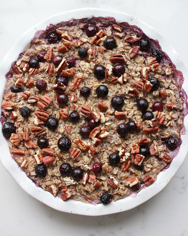 We want to eat this all the time. In fact, it's so healthy, we can and will! These baked oats, blueberries and chia seeds are sweetened with vanilla and maple syrup. Good for breakfast or dessert. It's called Fairy-tale porridge and it's the only porridge we've ever loved 🥰. . . . . . #marblehead #thekitchn #feedfeed #ksgram #f52grams #thecookfeed #tophomecooking #porridge #bakedoatmeal #blueberries #bakestagram #baking #healthyeating #healthyfood #healthybreakfast #breakfast #mediterraneandiet #rolledoats #bobsredmill #bakelife #simplegreenmeals #vegetarian #vegan #dairyfree #deliciousfood #sweetbreakfast #bombesquad #bareaders #foodblogfeed
