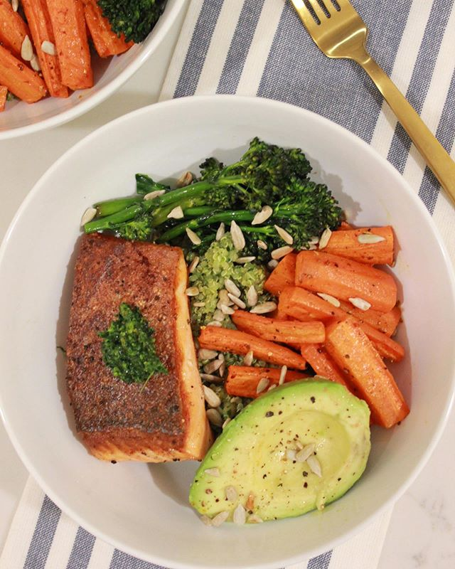 It's been a great long Summer, but the weather is definitely turning fast. 😕 It's a gloomy, feels like Fall-is-coming kind of day in New England and we're doing our best to embrace the shoulder season with these crispy seared King salmon and roasted veggie quinoa bowls. . . . . #eatinghealthy #healthyfood #healthyfoodshare #eatingclean #eatyourveggies #avocado #fallfood #healthycomfortfood #healthycooking #thecookfeed #clkitchen #atkgrams #bareaders #foodandwine #foodandwinewomen #bombesquad #marblehead #northshorema #privatechef #comfortfood #dinnerideas #bowls #tastingtable #onmytable #gloobyfood #foodblogfeed #pescatarian #mediterraneandiet