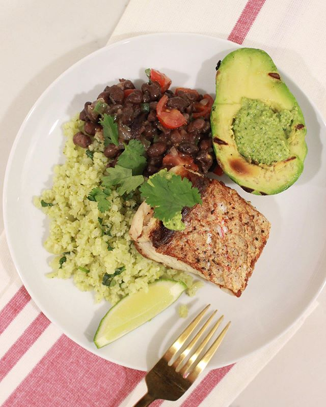 Feeling like the Caribbean in this kitchen 🏝 Seared red snapper, Cuban style black beans, cilantro cauliflower rice and a grilled avocado filled with a cilantro, pepita and avocado pesto. . . . . #redsnapper #seafoodrecipes #pescatarian #pescatarianrecipes #eatingclean #healthyrecipes #healthyeating #foodblogfeed #foodogger #feedfeed #f52grams #ksgrams #huffposttaste #buzzfeast #marblehead #cleaneating #healthyfood #tastemade #onmytable #eattheworld #thecookfeed #onmyplate #saveurmag #foodandwine #bareaders #imsomartha #caribbeanfood #glutenfree #tophomecooking