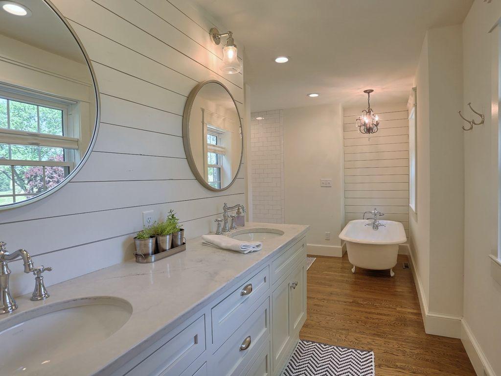 bathroom for single/couple occupancy room