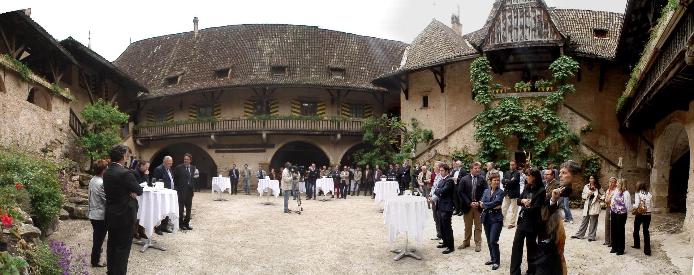 La cerimonia di premiazione all'interno della corte di Castel d'Enna