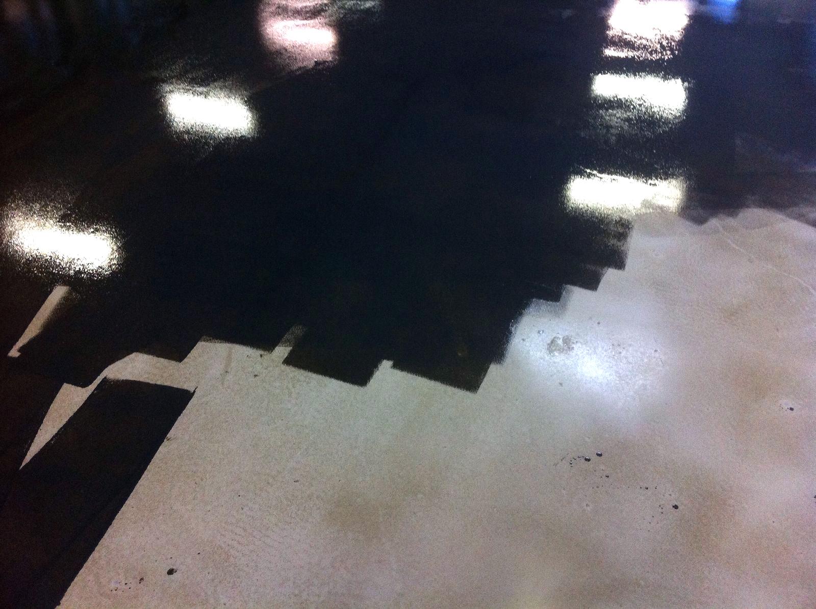 L'application de l'huile de finition teintée pour sol en béton