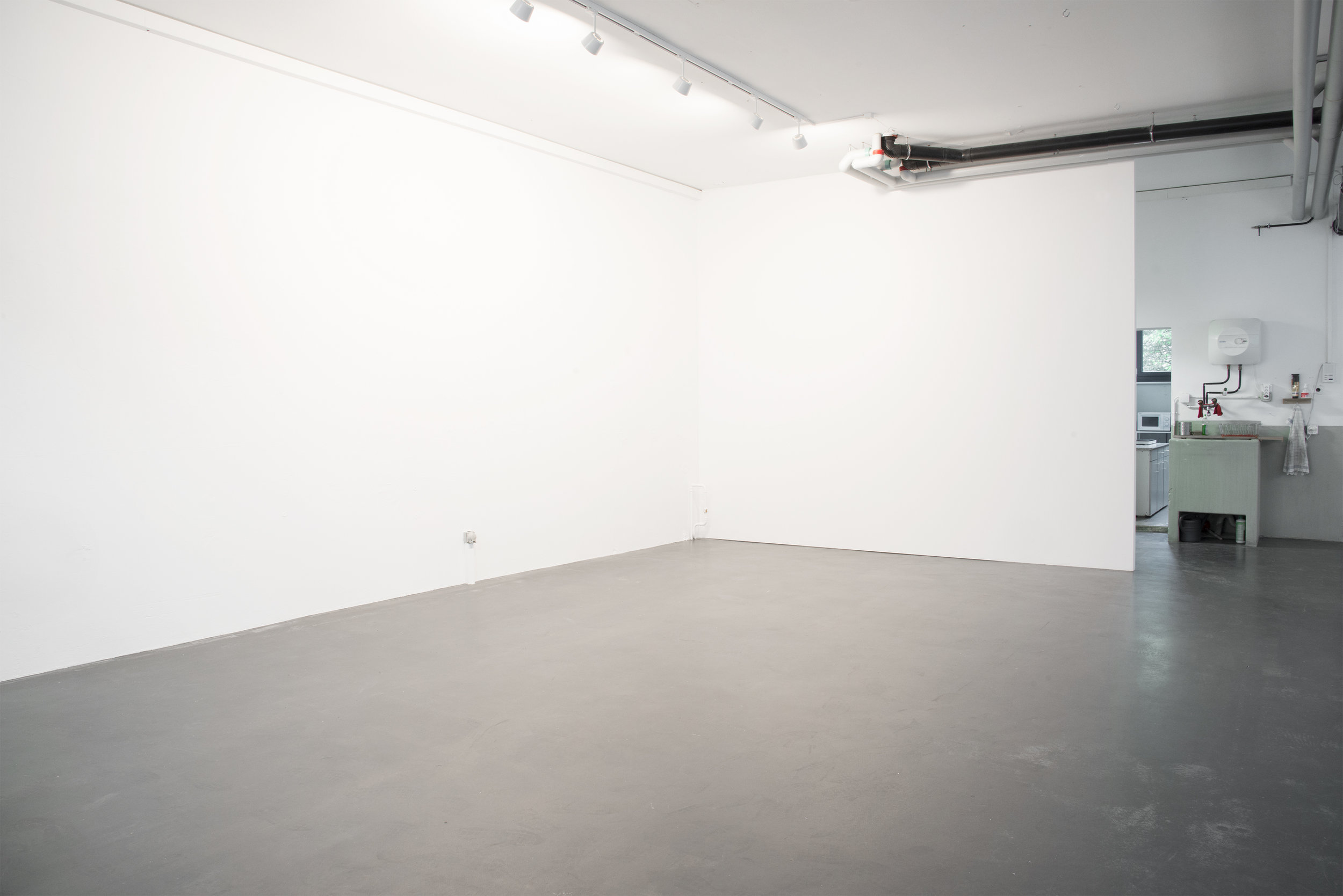 L'espace polyvalent est grand! Il accueille aisément les expositions, les conférences, les projections et peut même être aménagé en studio photo.