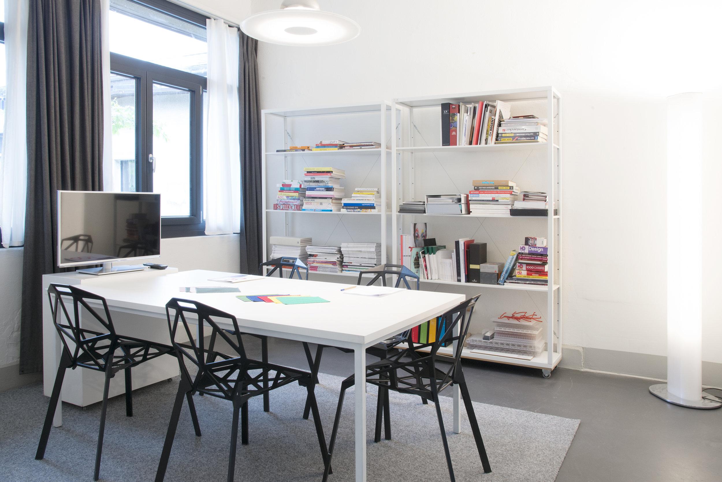 La salle de réunion privative met à disposition un espace plus intime pour l'accueil de clients ou de réunions.