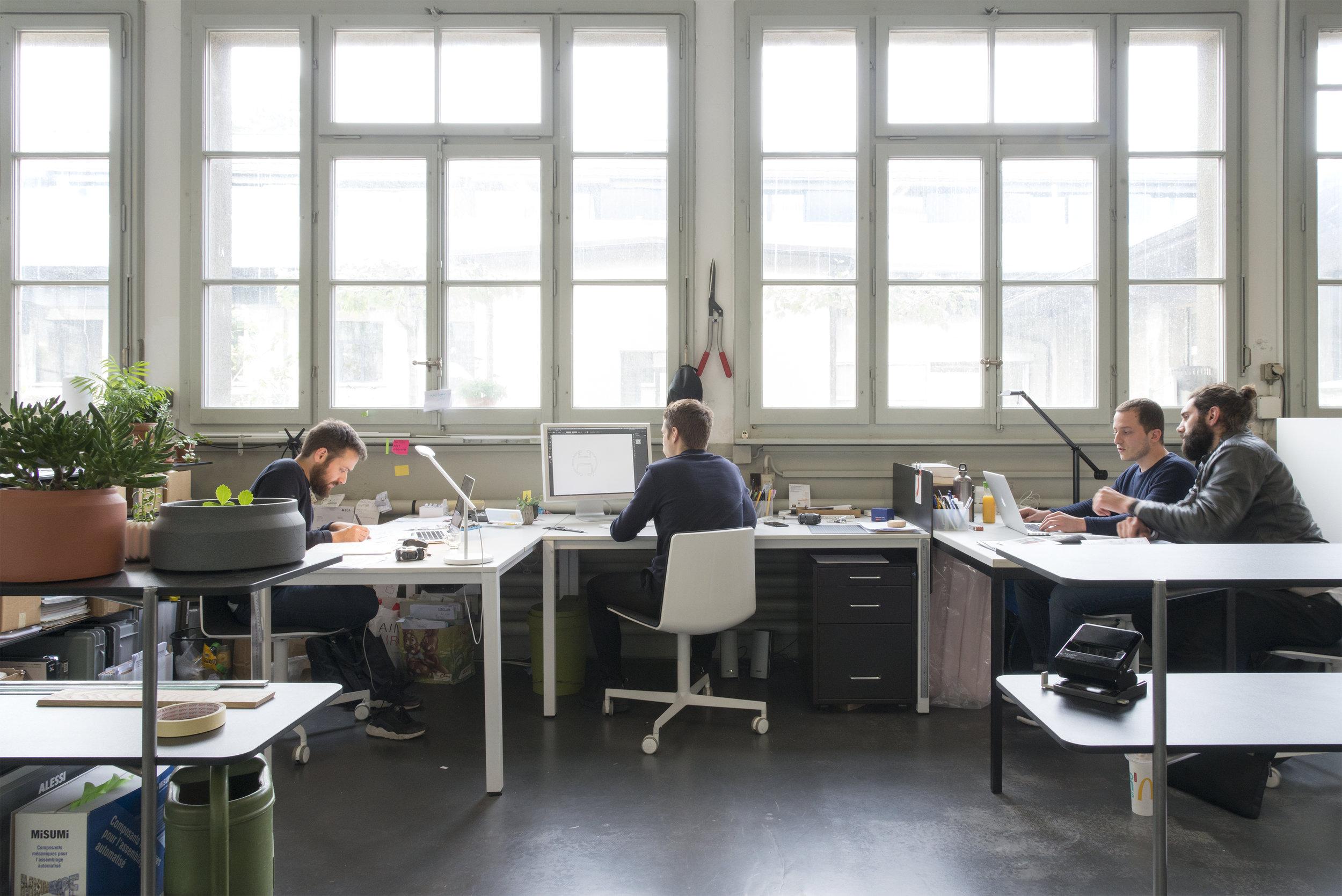 Chaque place de travail individuelle mise à disposition comprend une table, une chaise ainsi qu'une grande étagère de rangement
