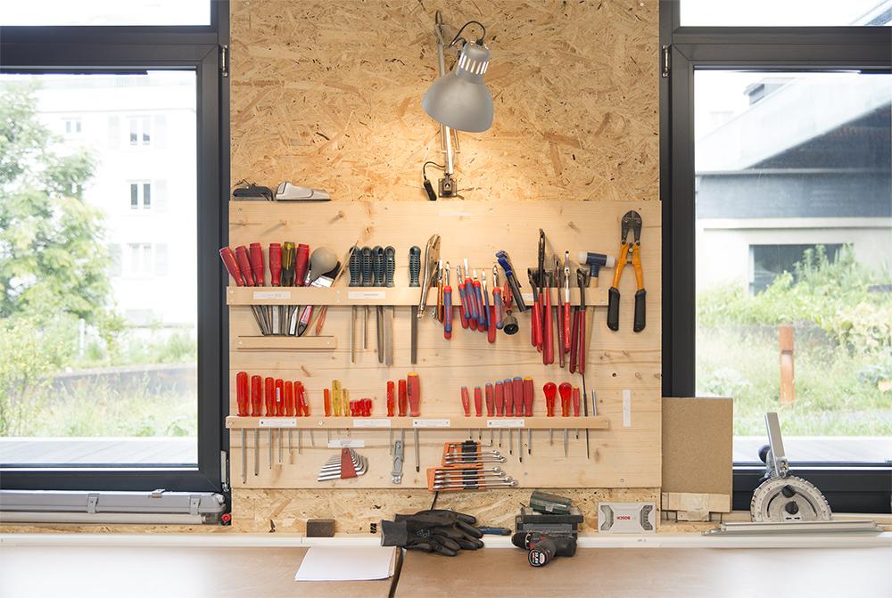 Par le biais d'une cotisation sous forme d'abonnement, les membres peuvent utiliser l'atelier ainsi que ses outils et machines. Cet abonnement constitue un fond qui permettra de remplacer ou réparer le matériel usé.