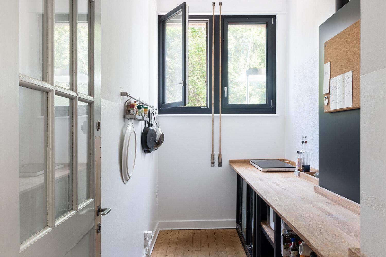La cuisine équipée, de nombreux ustensiles, un frigidaire ainsi qu'une vaisselle complète sont à disposition