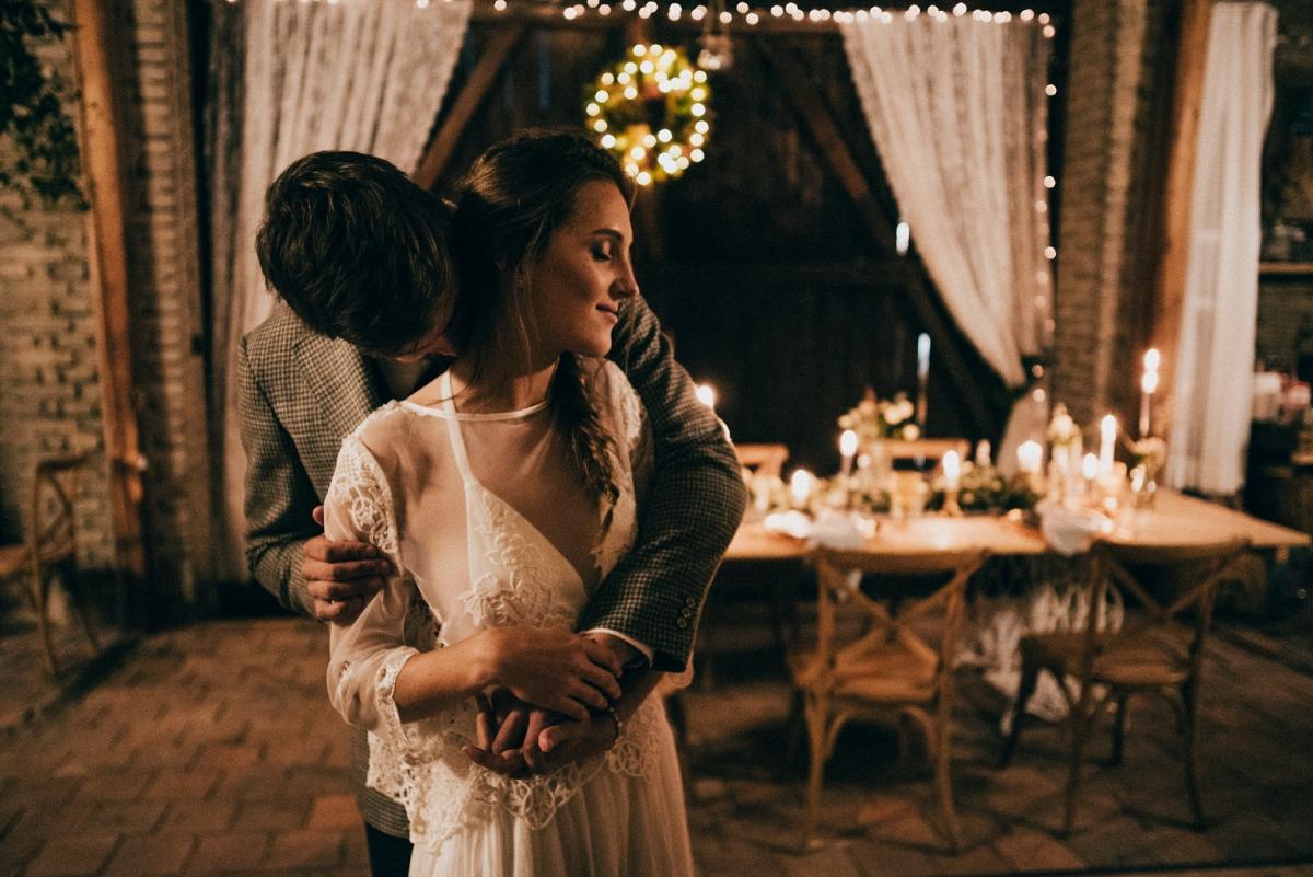 noční svatba ve stodole
