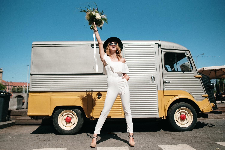 svatební šaty a foodtruck