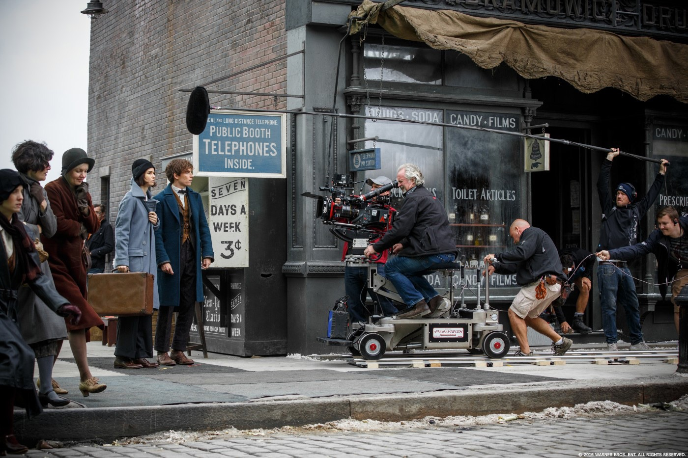 FB Behind the Clapperboard Fantastic Beasts and Where to Find Them (2016). David Yates  Photo by: Jaap Buitendijk