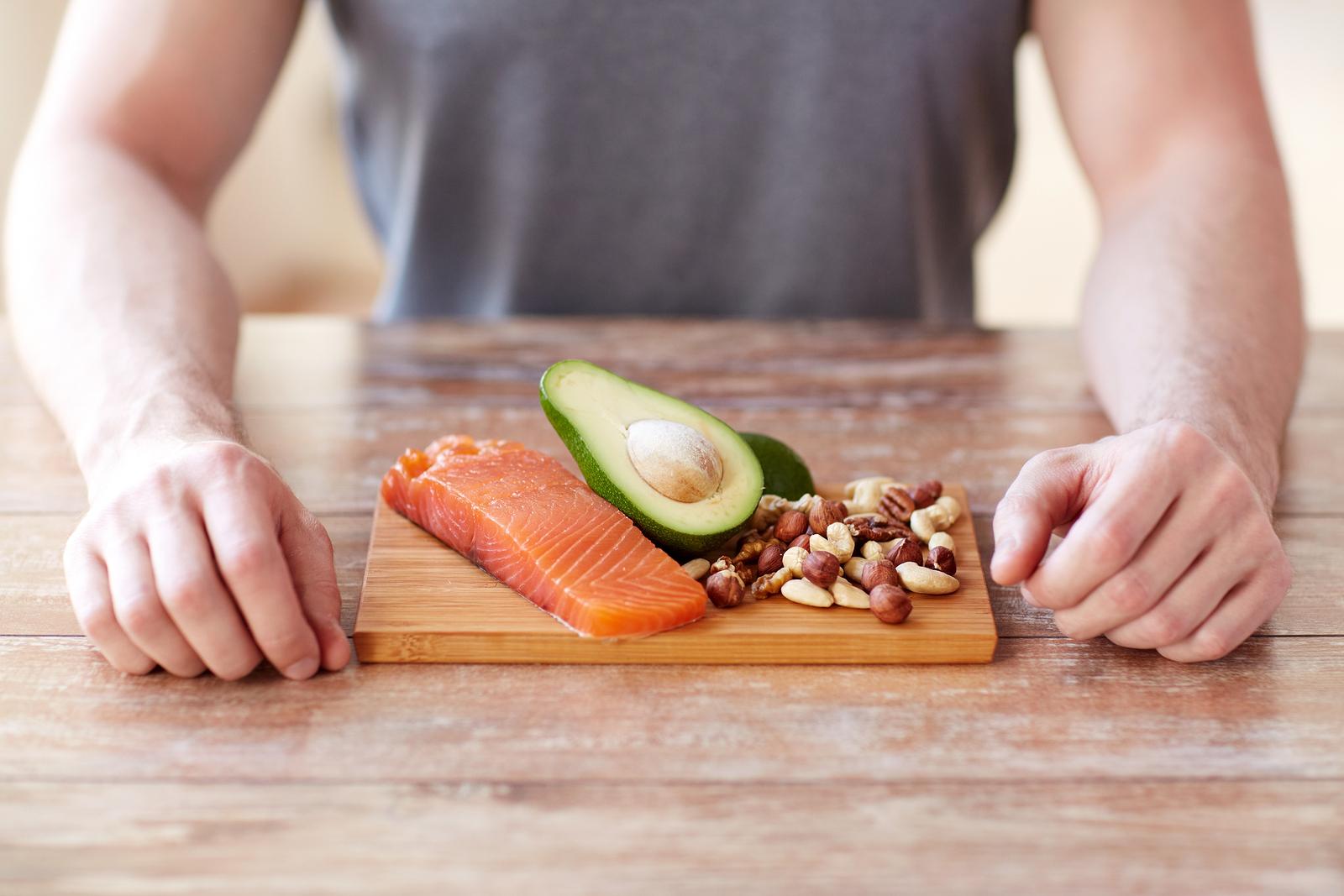 Entre os alimentos que integram a dieta DASH estão frutas frescas, peixes e castanhas