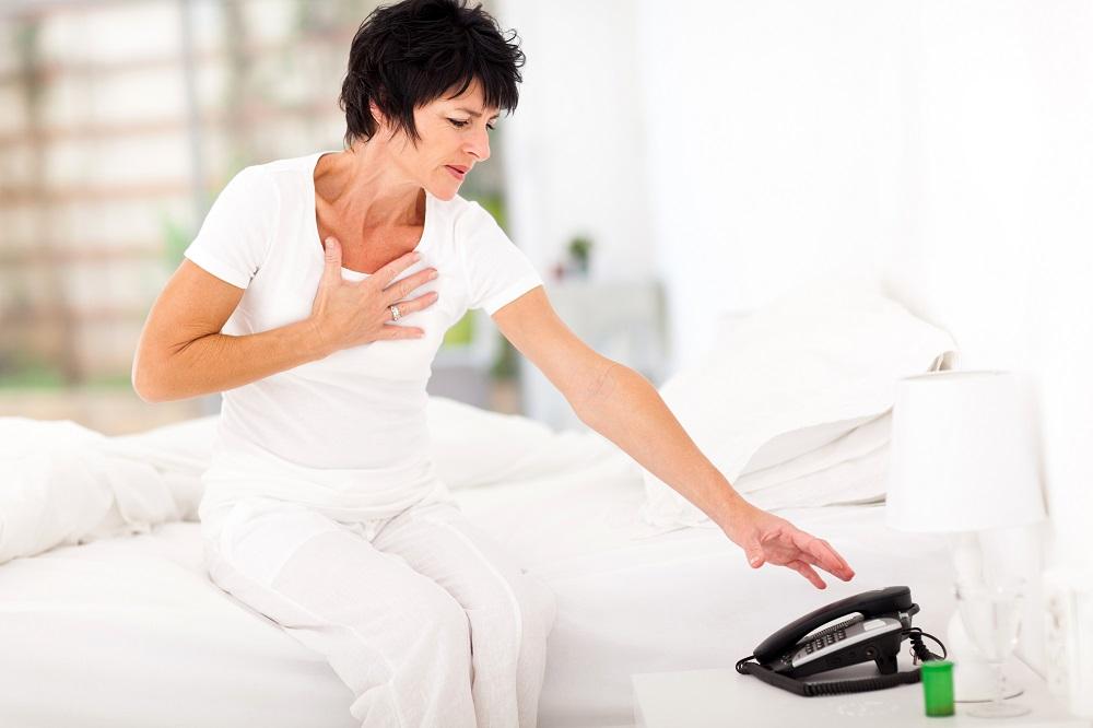 Mulher de meia idade com cardiopatia de takotsubo ou síndrome do coração partido