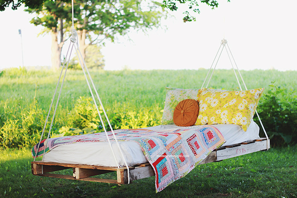 DIY-Pallet-Swing-Bed-The-Merrythought-1.jpg
