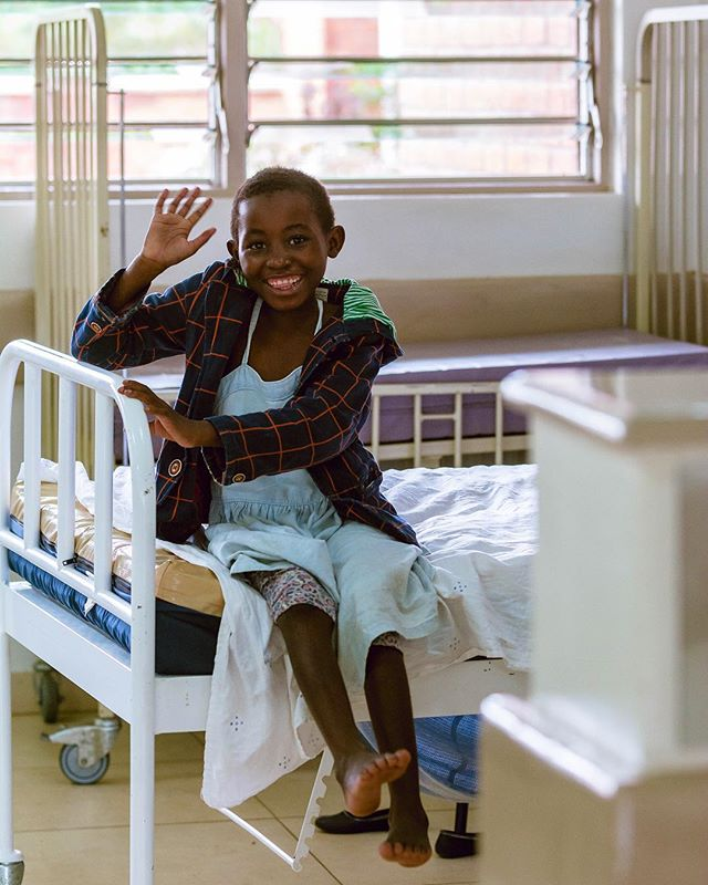 Moni onse (hello to all) from Raising Malawi! 👋🏼🇲🇼 The Mercy James Centre works to save children's lives, particularly those with critical medical needs. We work so that each child reaches their full potential of health, happiness and well-being. Smiles like this one keep us going! How do you say hello in your language? Let us know below! 🗣🌍 #Malawipride #fromMalawiwithlove #weareMercyJamesCentre
