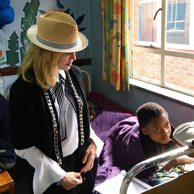 Sweet moments ✨ We're grateful for our founder @madonna who shows so much love and care for the children at #MercyJamesCentre 💕🙏🏾 What are you grateful for? Let us know below! 🗣 #globalfamily #fromMalawiwithlove