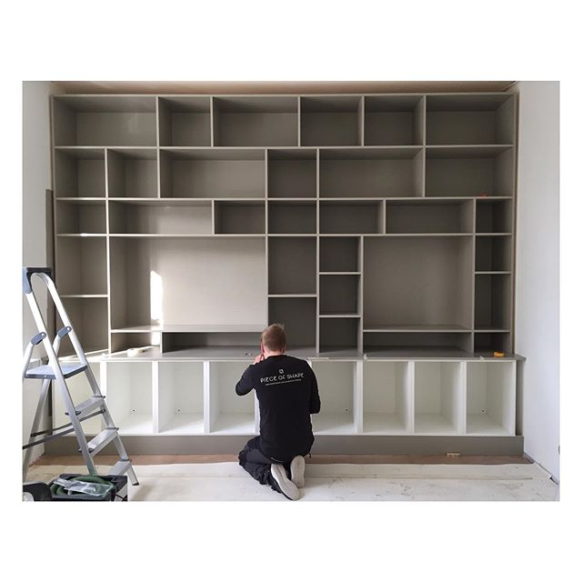 Custom made bookshelf in solid wood taking shape. #custommade #joinery #woodworking #bookshelf #måttbeställt #snickeri #bokhylla #platsbyggdbokhylla #puuseppä #puutyö #kirjahylly #mittatilauskalusteet #pieceofshape