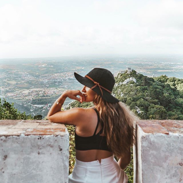 Sitting on a palace, looking out at a castle and the ocean... Sintra was a dream come true last year with @prettyliltraveler🏰✨ (PS: I like to think my pants weren't done up properly because I'd done a quick change, not because I'd eaten so many pastries that I couldn't fit in my shorts anymore. Could've definitely been both😬😂)