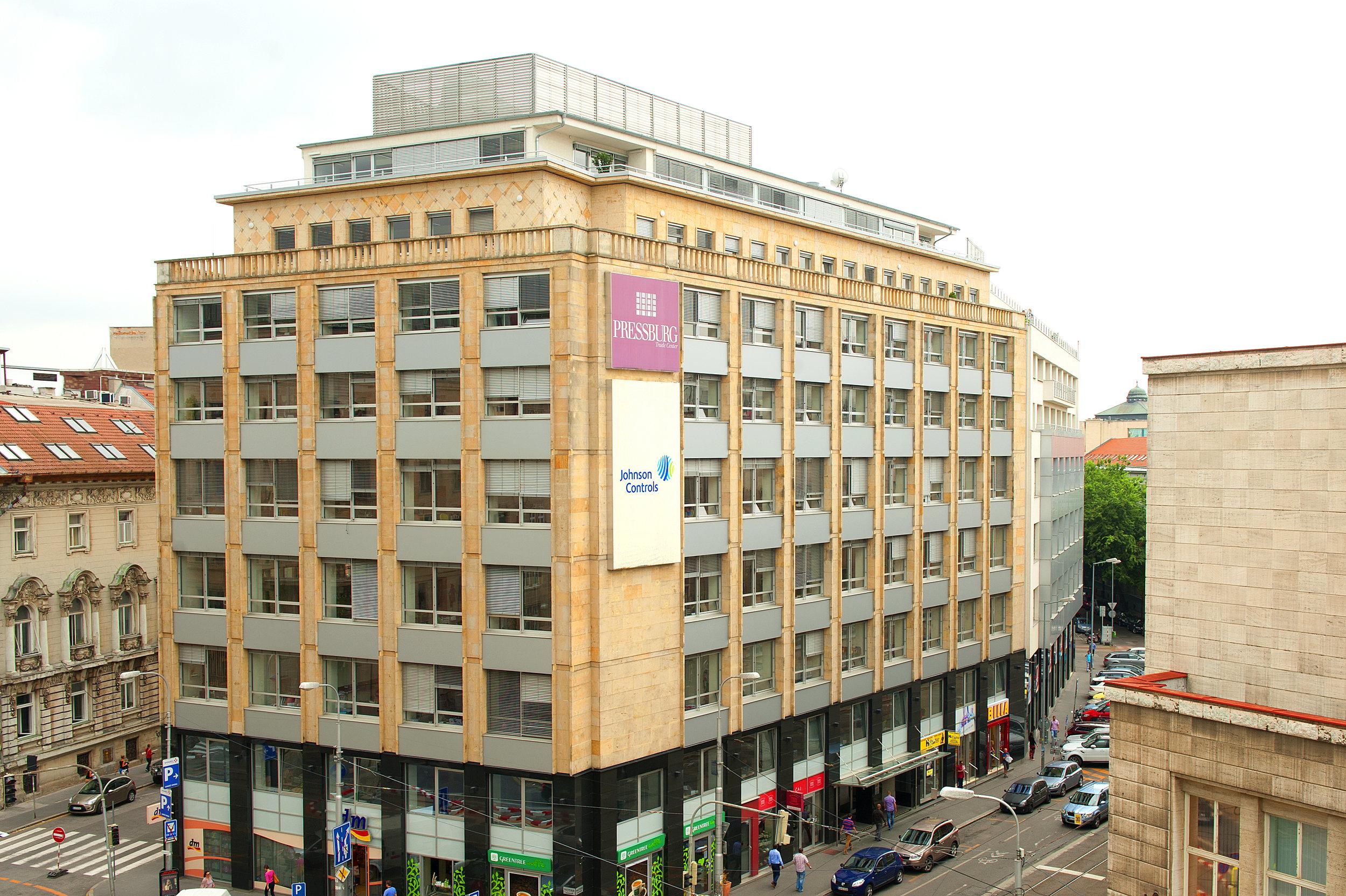 Biznis centrum v Bratislave. Adient riadi na Slovensku 8 prevádzok. V Bratislave sa nachádza jediné biznis centrum novej spoločnosti na svete. Približne 900 zamestnancov v bratislavskom centre podporuje celosvetové obchodné aktivity spoločnosti.