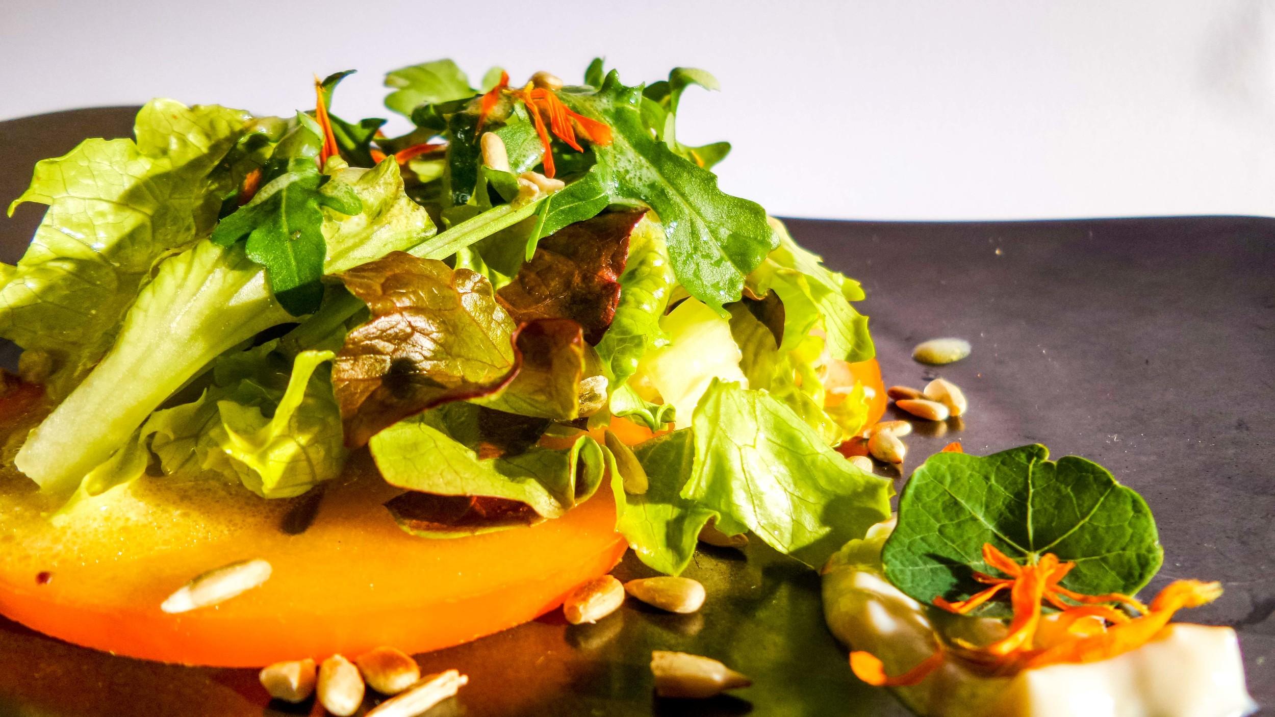 Herbstsalate mit gerösteten Samen und Apfelkaki