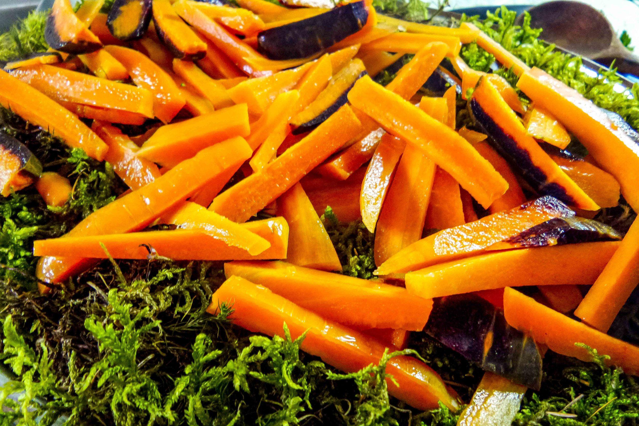 Gedämpfte Karotten auf Moos