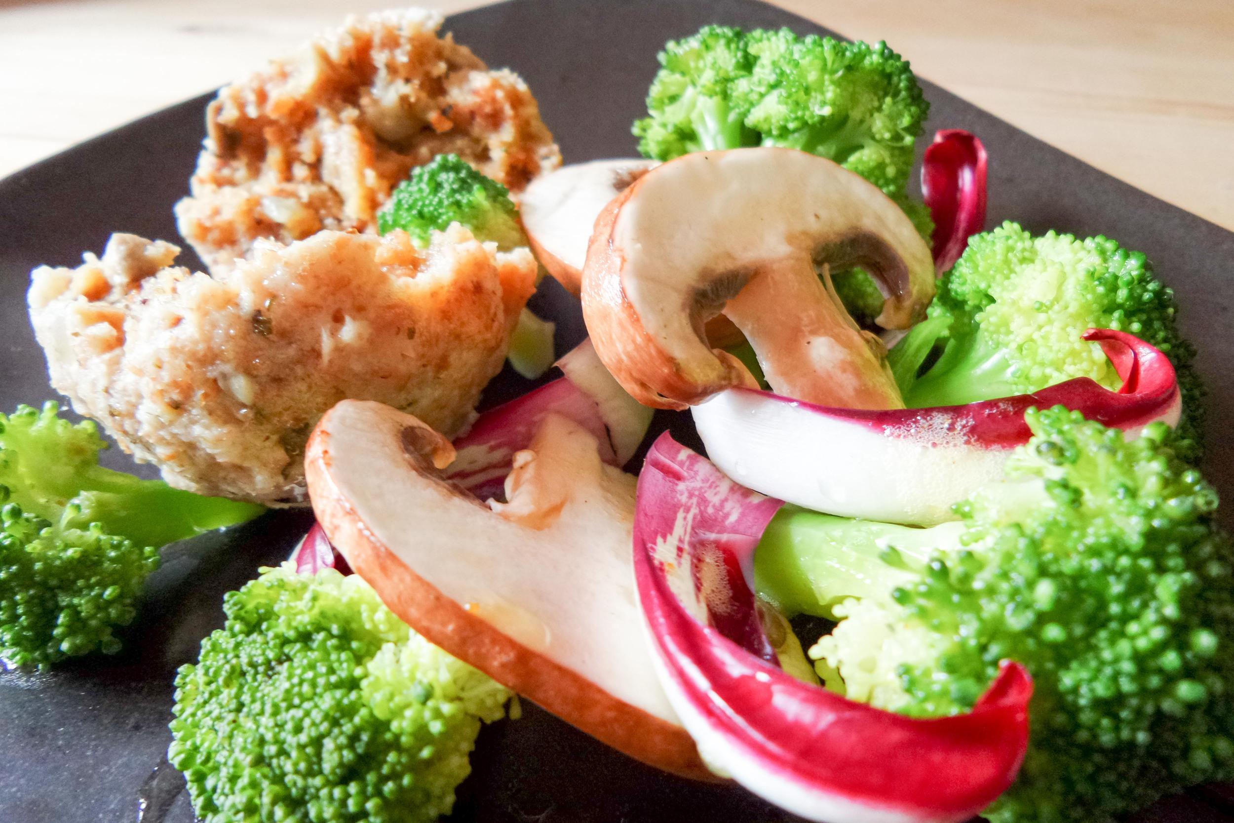 Vollkornknödel mit Champignons und gedämpften Brokkoli