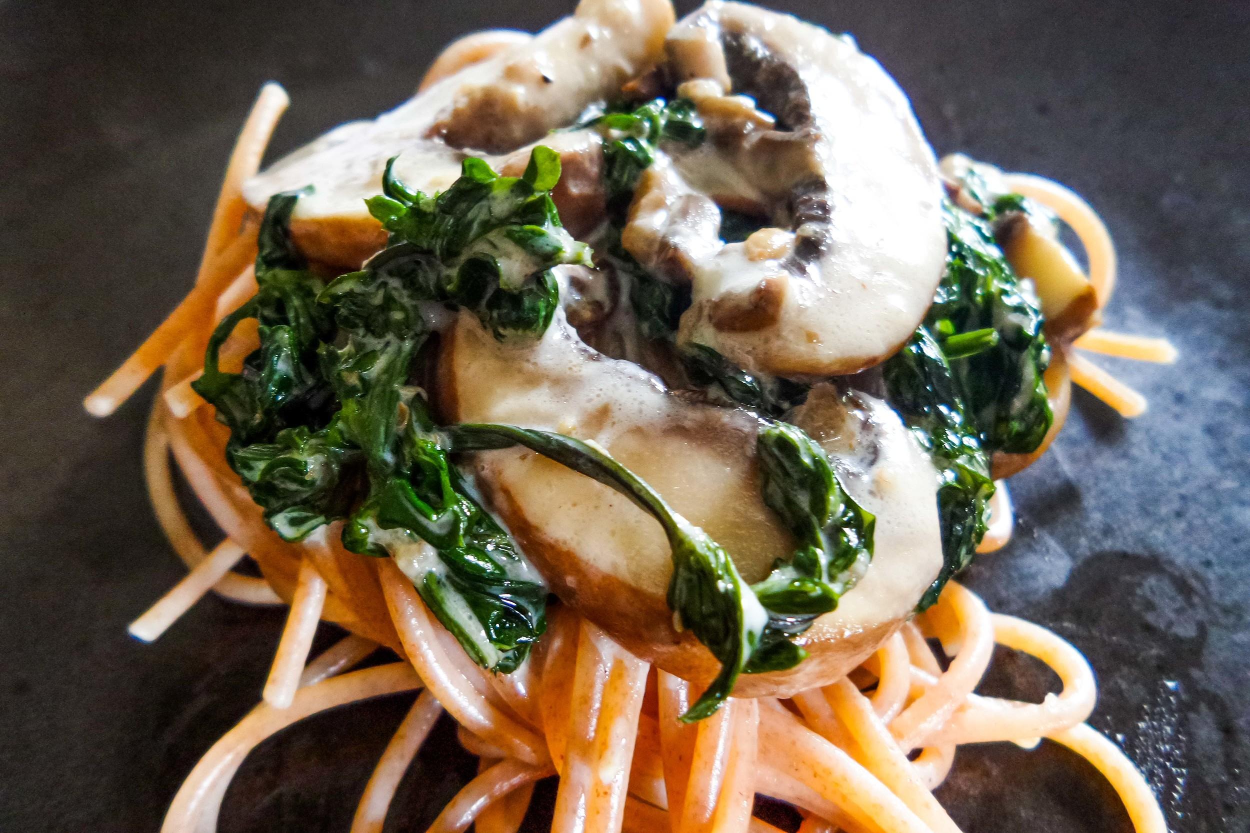 Dinkelspaghetti mit Labkraut-Champignonsoße